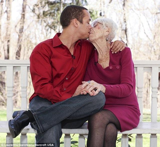 anziana e ragazzo - Lei ha 60 anni e lui 30