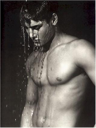 ragazzo sotto la doccia guy in the shower - Il video sul cellulare