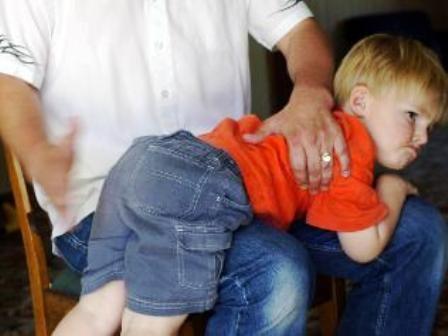 schiaffo educativo - Fingo di adorare i figli della mia compagna